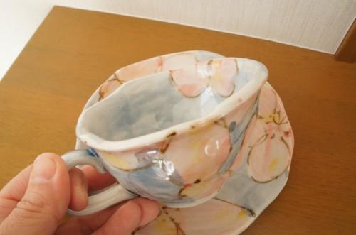 手作り感あふれる花柄のティーカップ